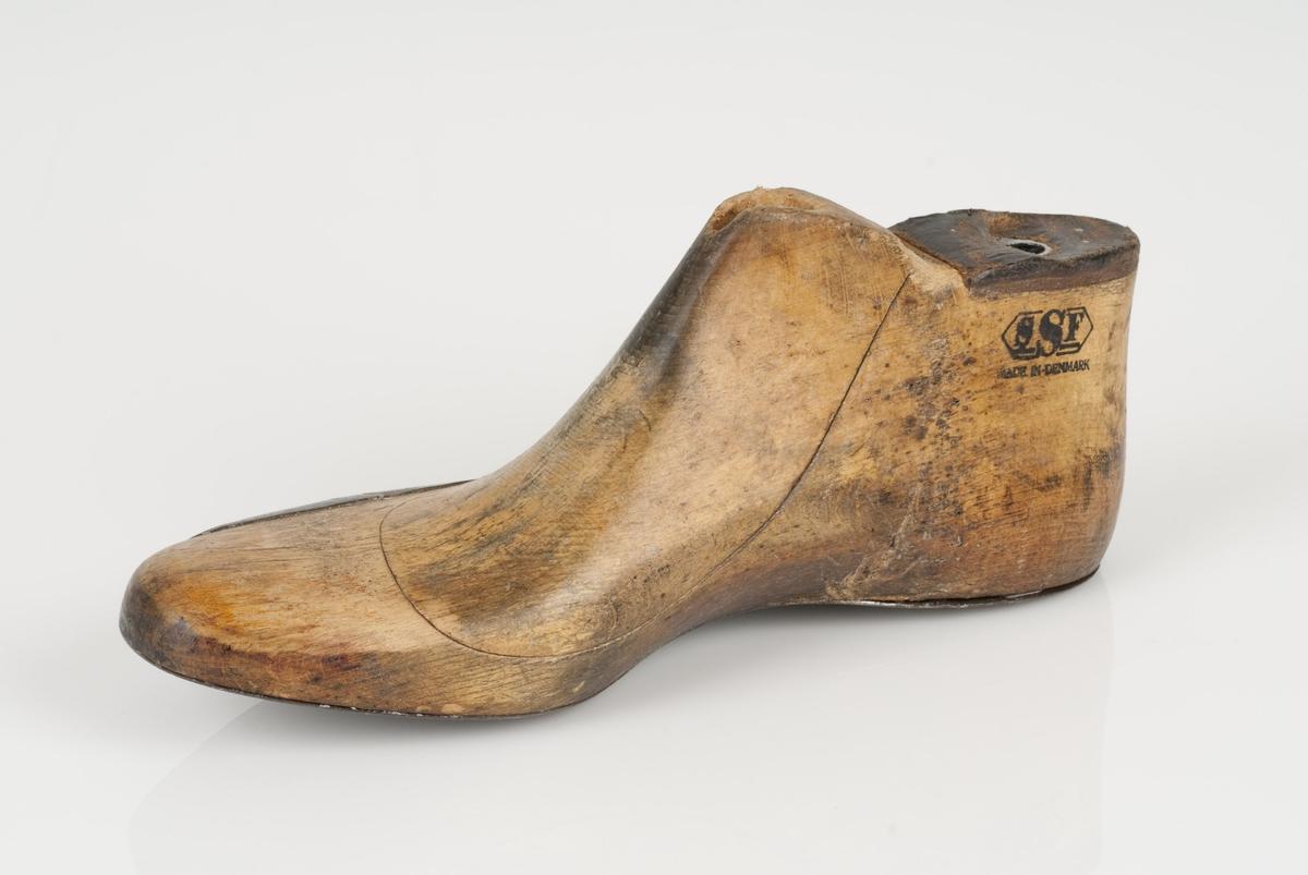 En tremodell; hengslet lest Høyrefot i skostørrelse 44. Lestekam av skinn. Såle av metall