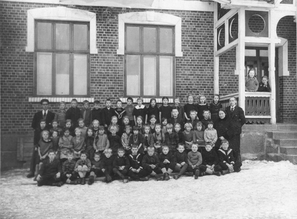 Lærer og elever foran Kråkstad skole.