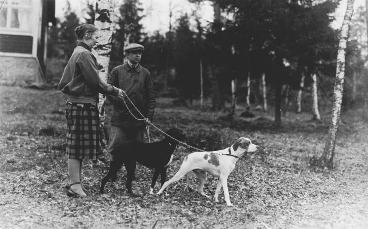 Tora og Jorulf Bjørnstad på tur med to hunder.