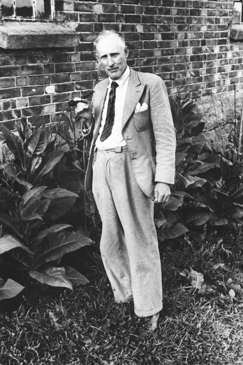 Oscar Nordby foran fjøset på Klokkergården i 1942.