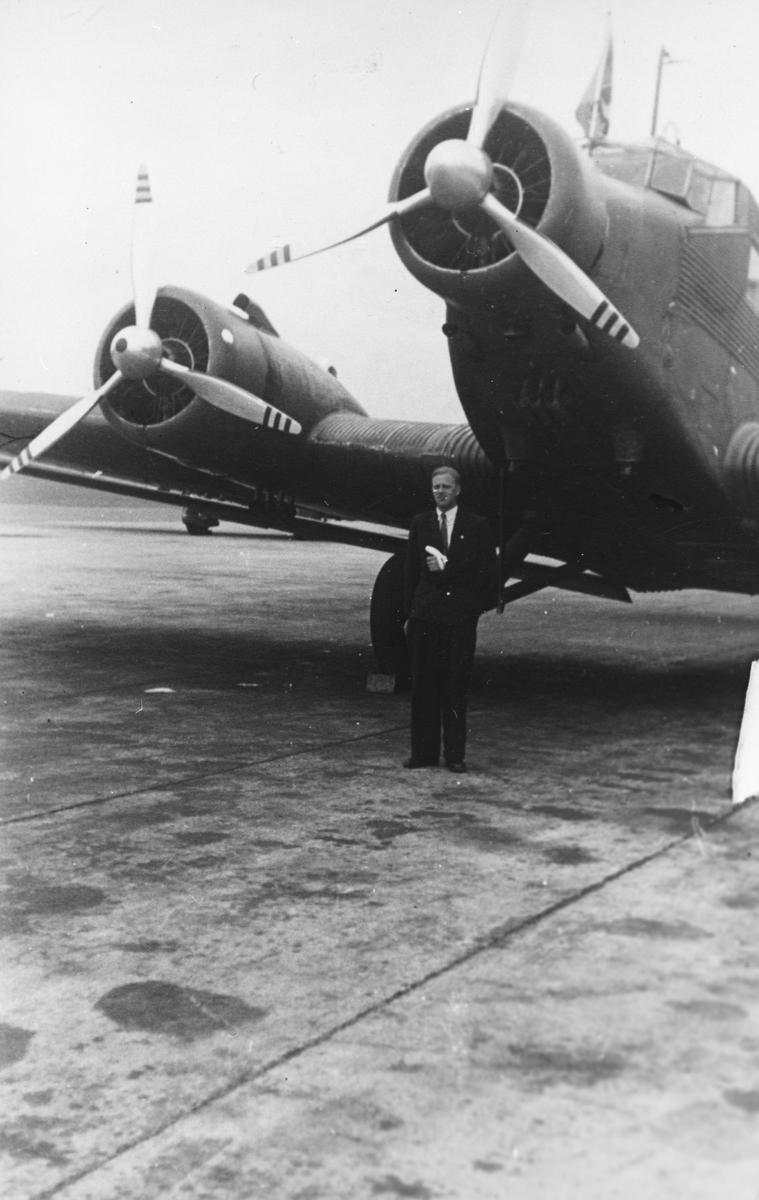 En mann utenfor et fly.