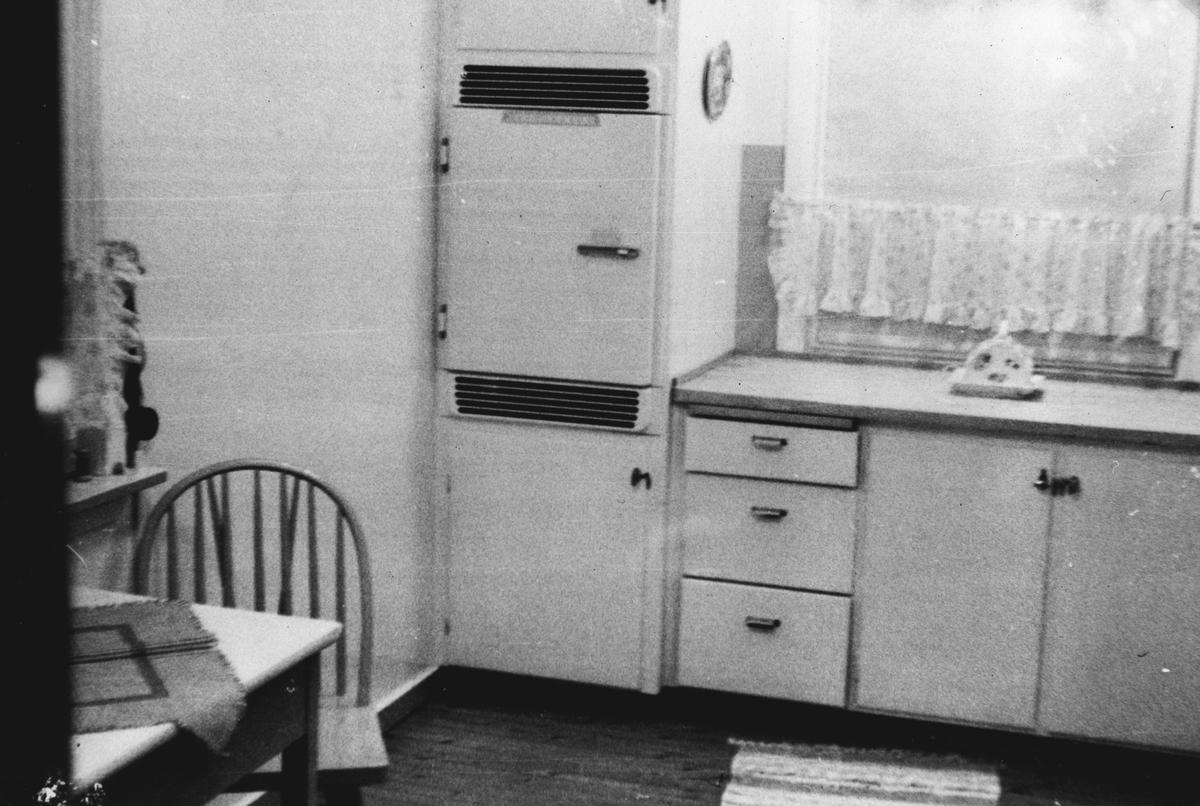 Interiør. - Kjøkken, med kjøleskap til venstre.