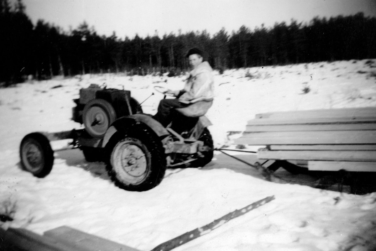 Traktor med plankelass.