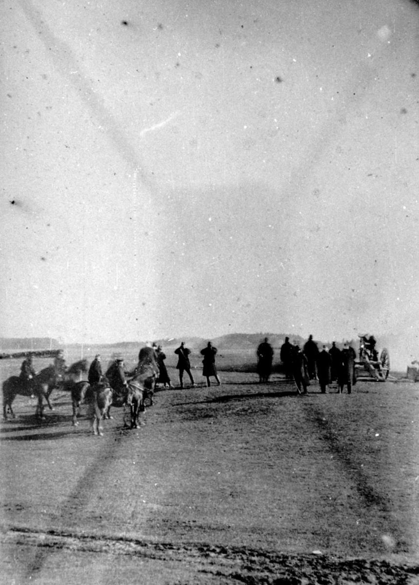 Militærøvelse (?) Hester, ryttere