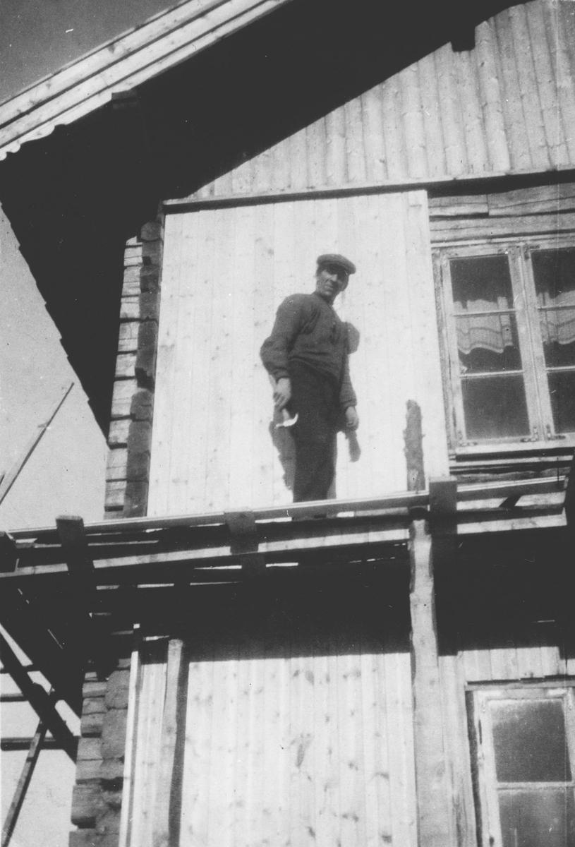 Hans Elstad paneler hus utvendig.
