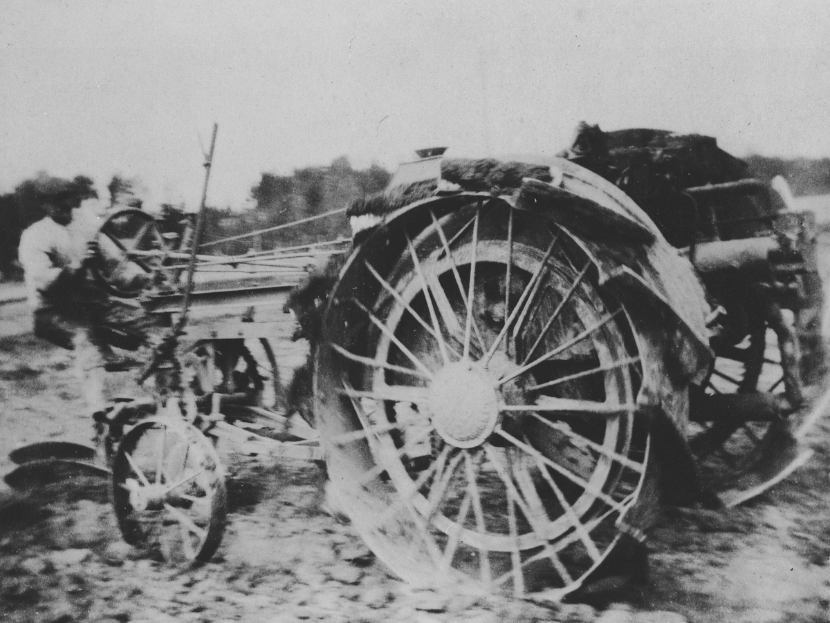 Pløying med gammel traktor