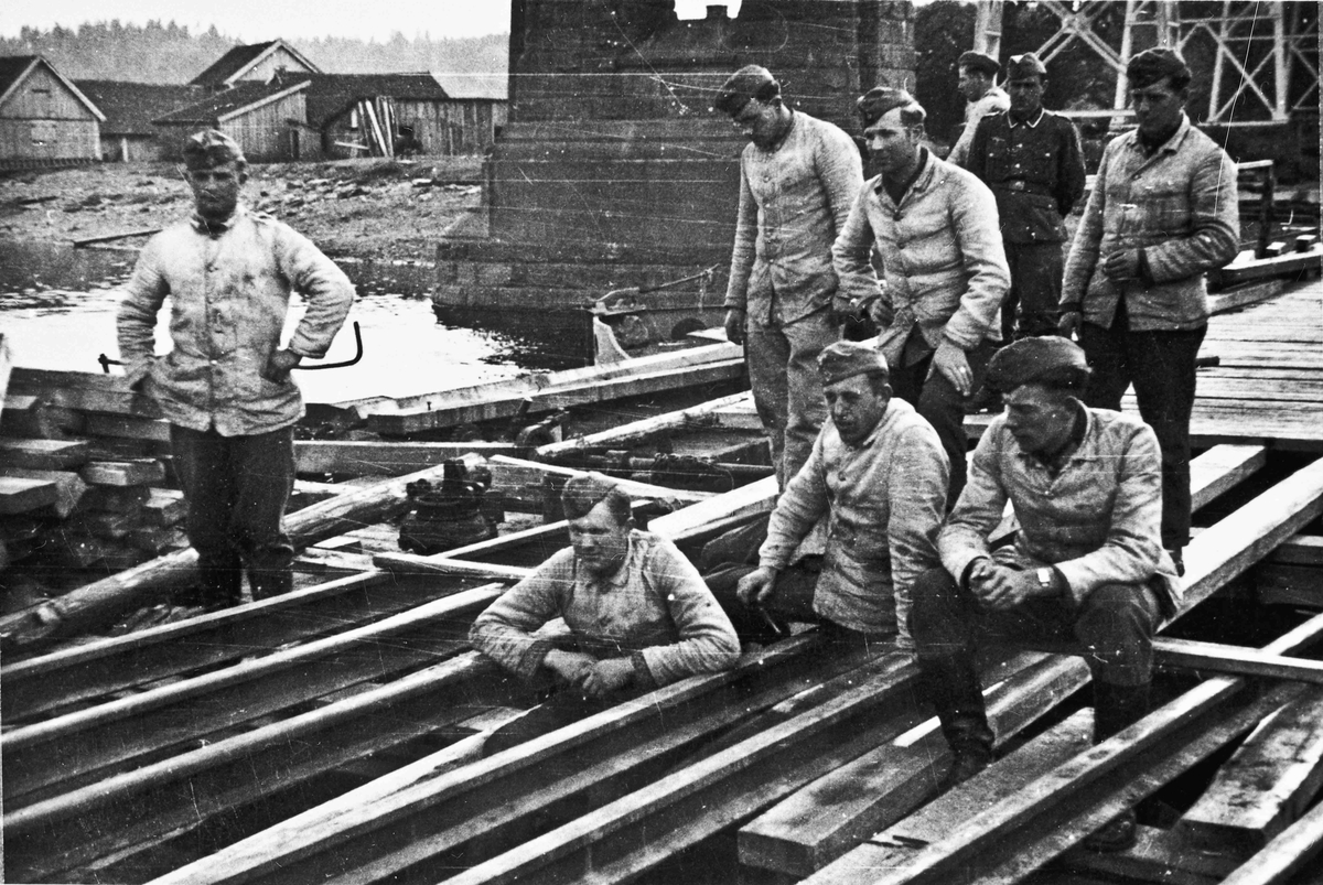 Tyske ingeniørtropper arbeider med pontongbrua på Minnesund i april 1940.