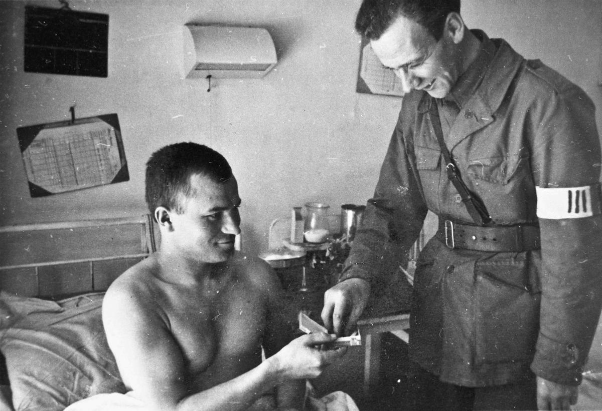 Sannsynligvis russisk krigsfange og en fra Hjemmestyrkene på et sykehus.