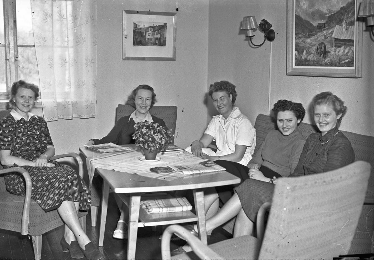 Kvinner i en stue.