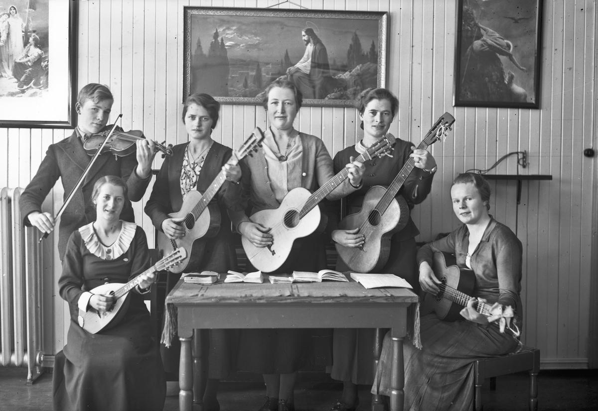 Religiøs musikkgruppe med gitar og fiolin. Fra et bedehus.