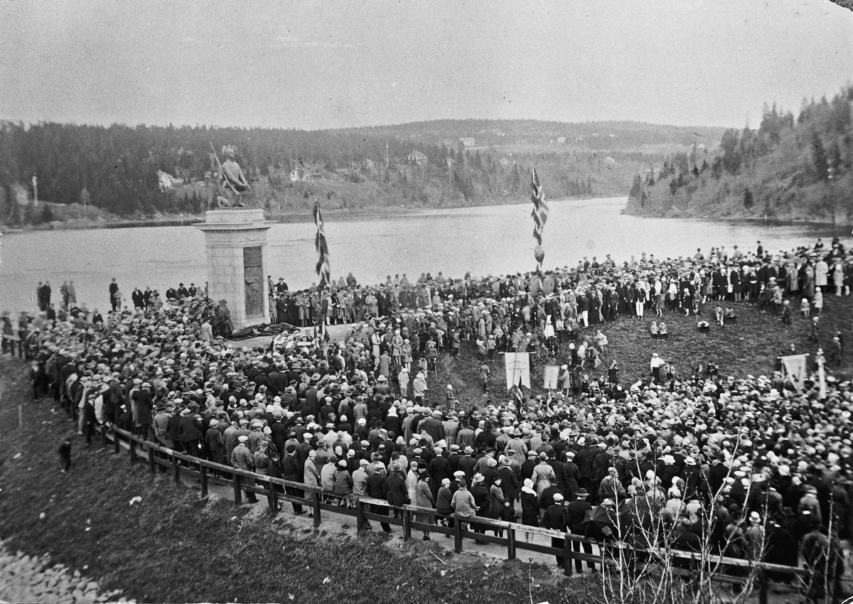 """Avdukingen av """"Den knelende soldat"""" 17. mai 1928."""
