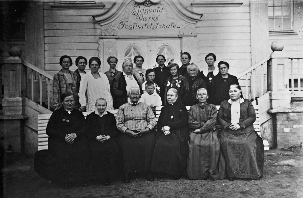 Gruppebilde - 20 kvinner foran Festiviteten.