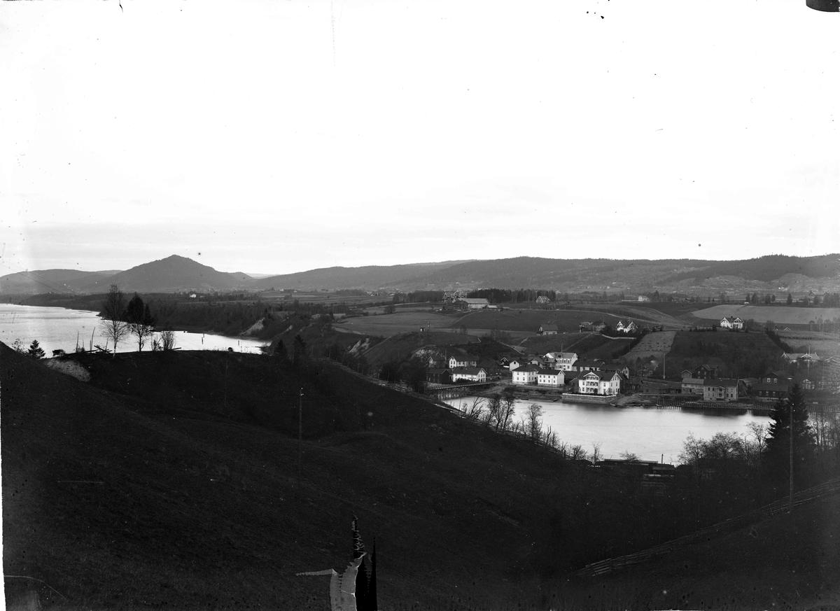 Sundet før 1922 sett fra Møllerhaugen. Oversiktsbilde. Broen over Vorma brant i 1922, og derfor må bildet være tatt før den tid.