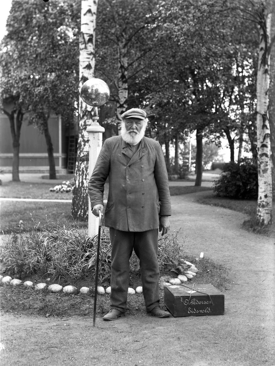 Baker Pedersen, Sundet. Portrett. Baker Pedersen kjøpte endel av Øvre Sundgård - senere Øvre Vilberg gård - i 1870, og mer av samme gård i 1903. Bildet er tatt i hagen ved jernbanestasjonen.
