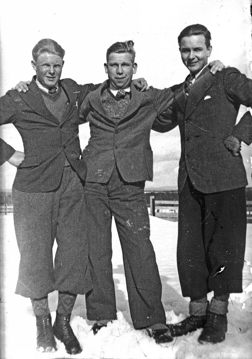 Tre glade gutter. Fra v.: Jørgen Otto Klaseie, Ole Olsen, Sven Helsten, Eidsvoll Verk
