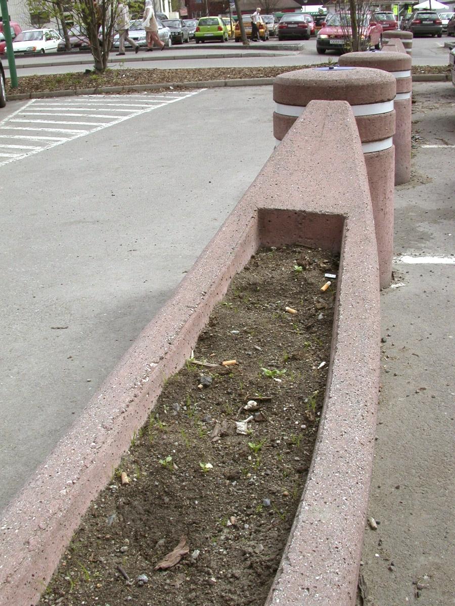 Blomsterkasse med sneiper.  Parkeringsplassen utenfor Strømmen Storsenter.