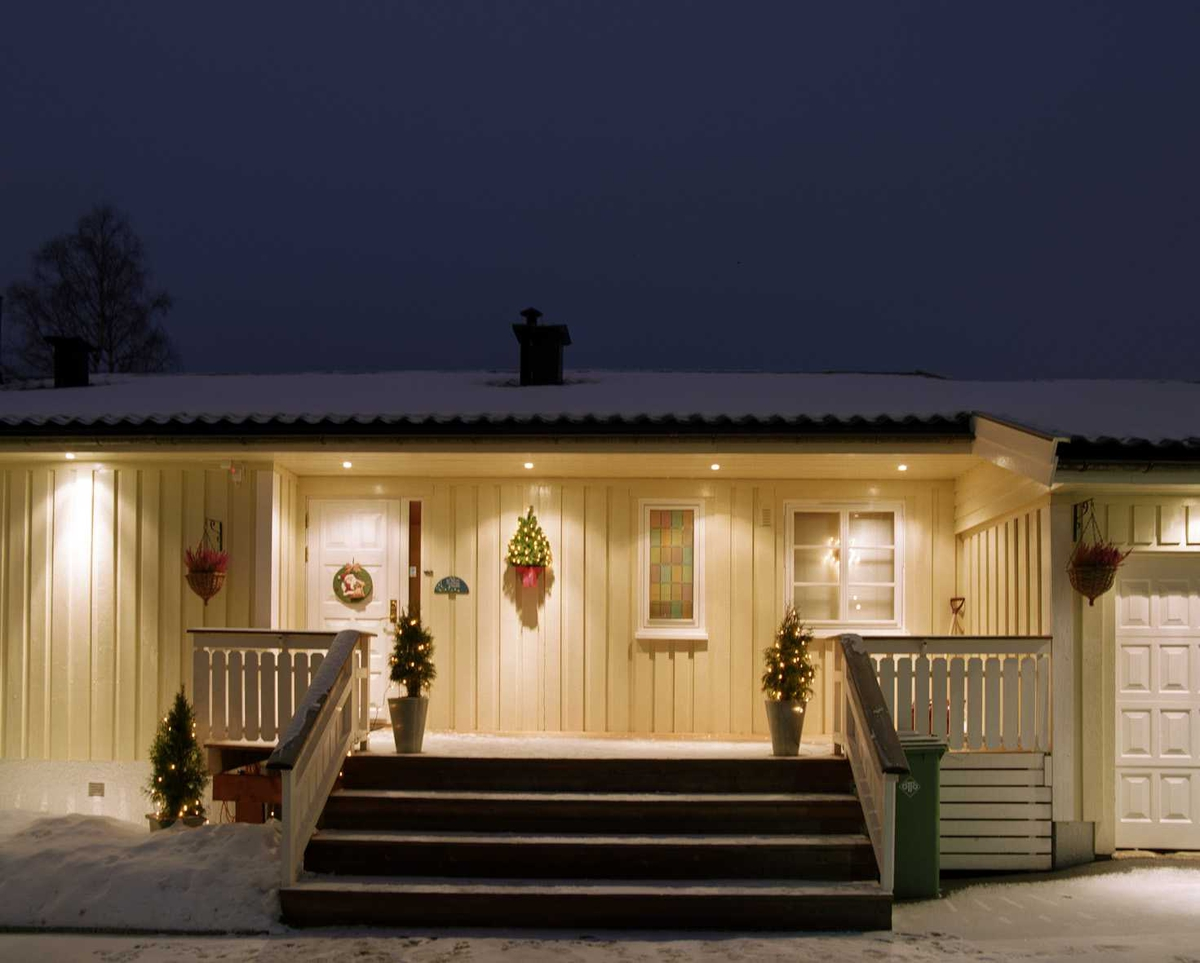 Julebelysning  Hvit julebelysning på enmannsbolig