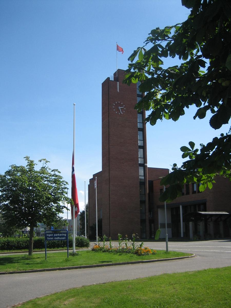 Minner etter terrorhandlingen den 22. juli 2011. Flagg på halvstang ved Skedsmo Rådhus den 29.07.11.