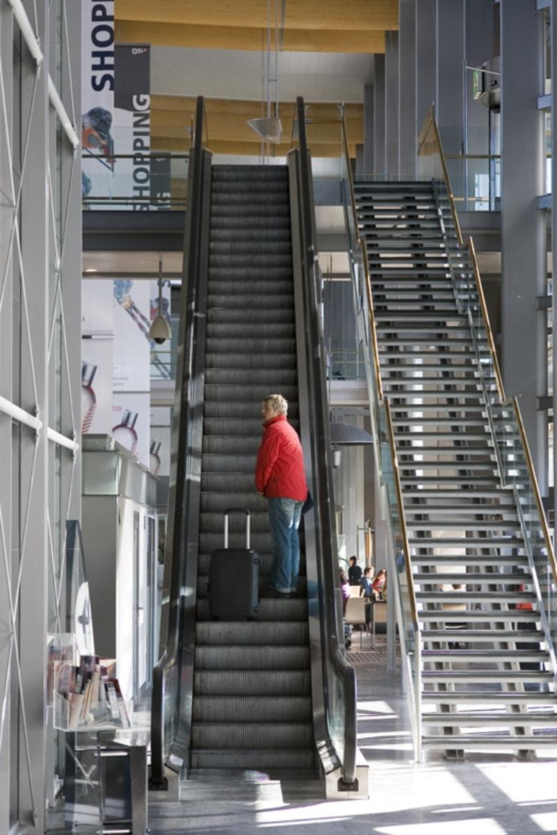 Vesker. Rulletrapp mellom to etasjer. Ankomst i underste etasje. Avgang i øverste etasje. Fotodokumentasjon i forbindelse med dokumentasjonsprosjekt - Veskeprosjektet 2006 - ved Akershusmuseet/Ullensaker Museum.