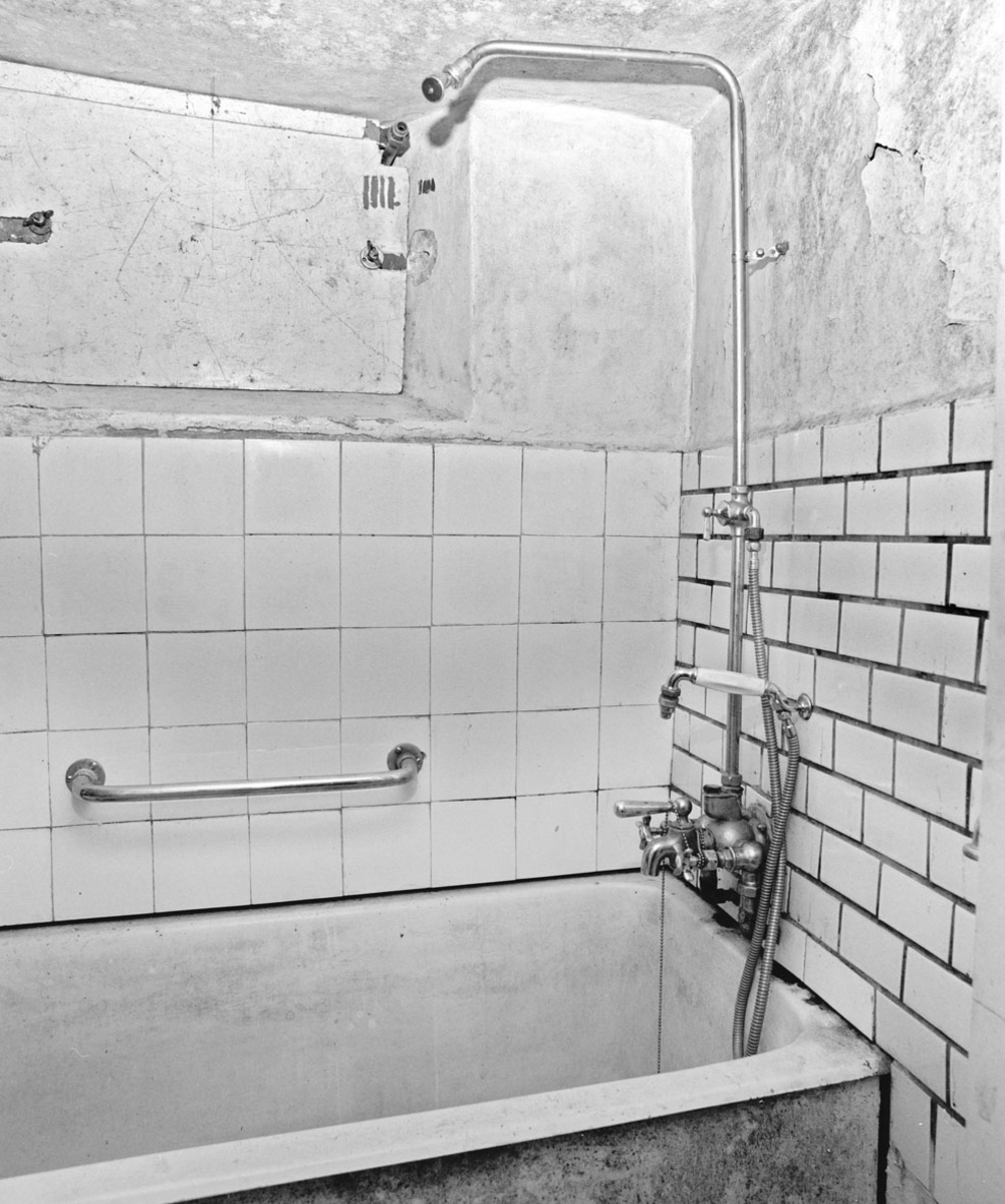 Interiør: bad, badekar/dusj, flislagt vegg.