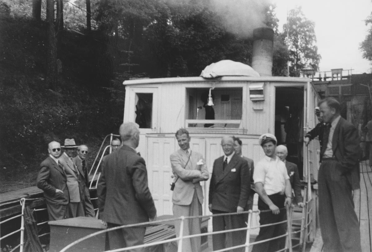 D/S Turistens direksjon ombord i D/S Turisten. Fra venstre: Eigil Prydz (med ryggen til), Johan Krosby, O.T. Jarlsberg, A.Fr. Jensen, G. Ahlsen, Knud Sømme. Kaptein Nilsen skjult bak Ahlsen.