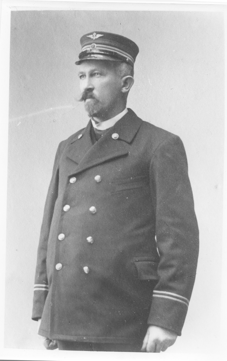 Stasjonsmester Anton Nordby, Urskog. Han var også landhandler og skysstasjonsholder iht, folketellingen i 1910.