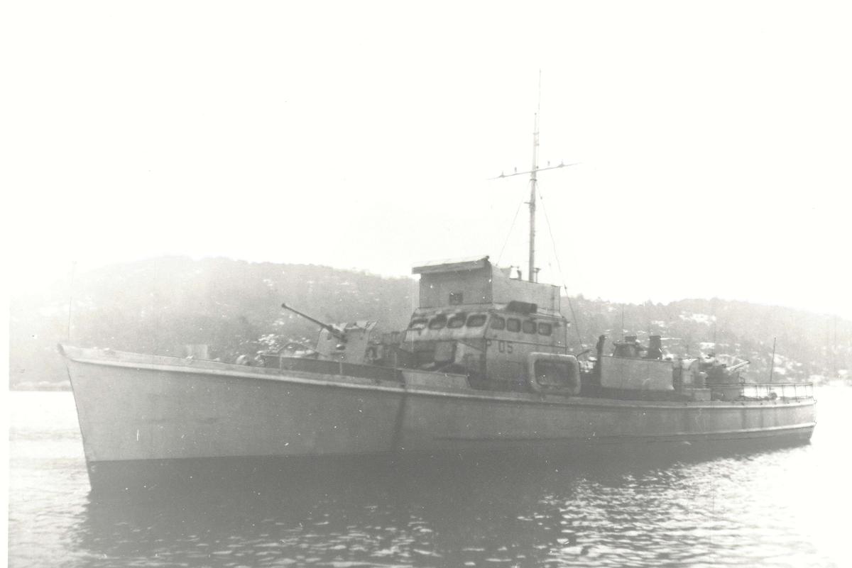 """Motiv: Ubåtjager og """"Shetlandsbuss"""" KNM HITRA (P 05)"""
