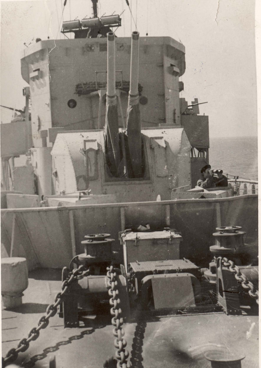 "Detaljer fra livet om bord i jageren ""Eskdale"" under 2. VK, fordekket med hovedbatteri."