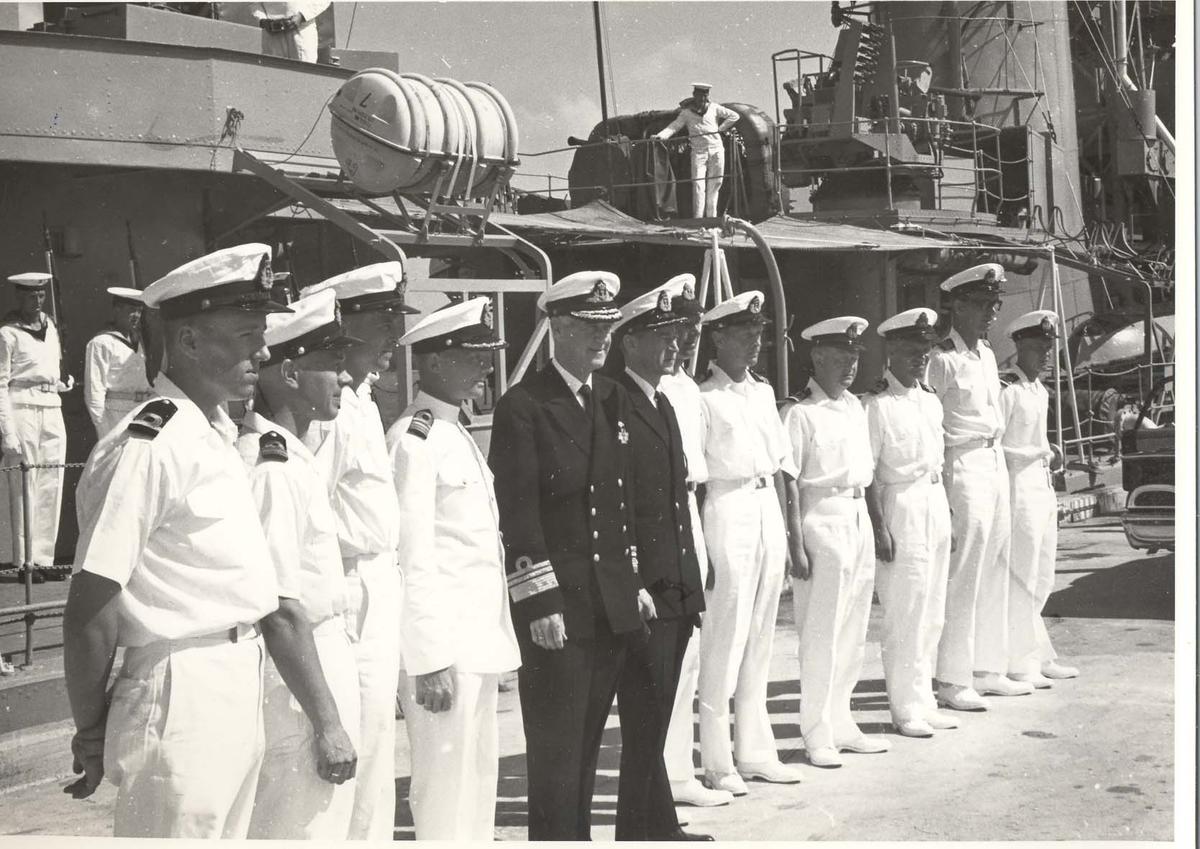 Enkeltbilde. C-kl jager, KNM Bergens tokt til Key West i 1962. admiralen poserer sammen med fartøyets offiserer.