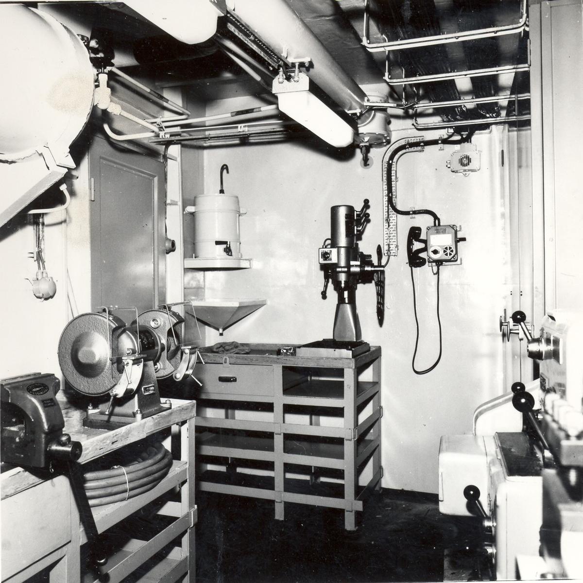 Enkeltbilde. Fregatten KNM Oslo, lager- og verkstedsinnredningen 1966.