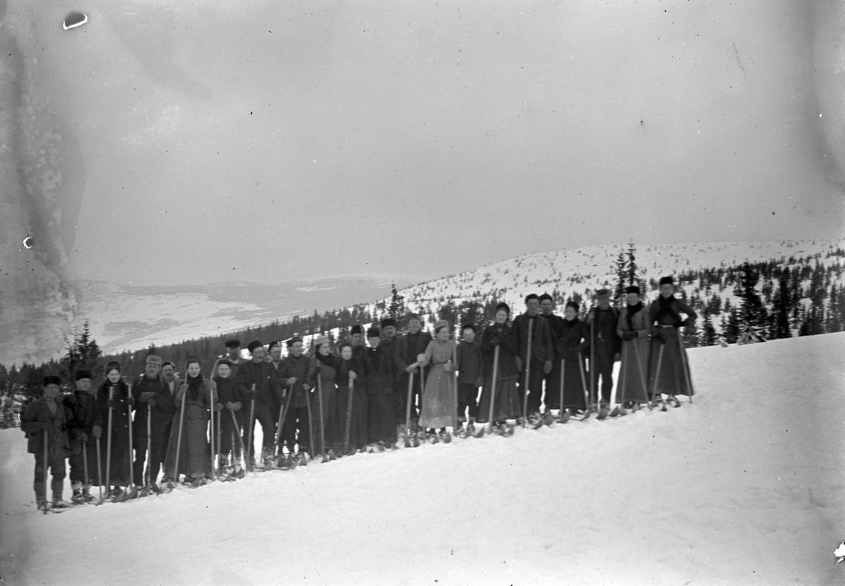 Stor gruppe på ski på fjellet. Johanne Alhaug nr. 6 fra venstre.