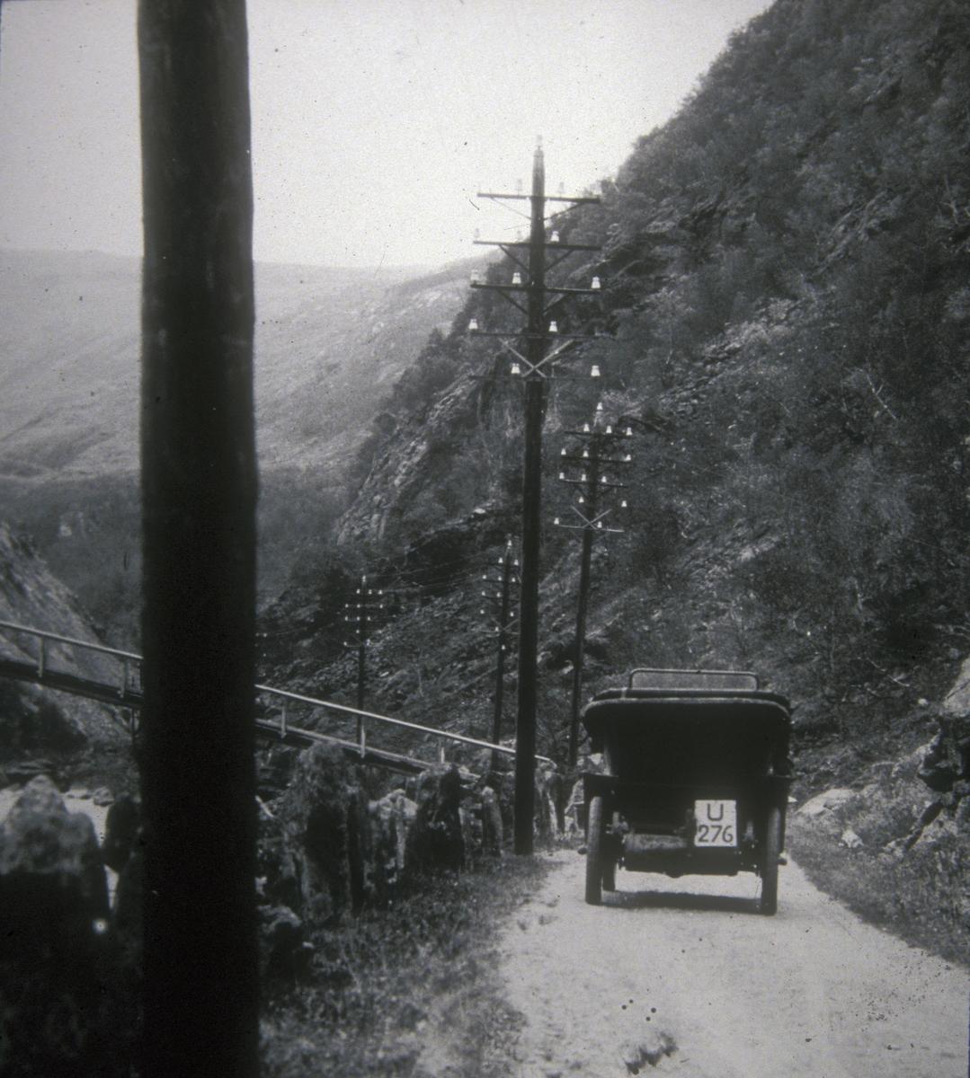 Ved Nystubekken gangbru over Driva i Drivdalen. Bilen tilhørte lensmann Øivind Hoel, Oppdal.