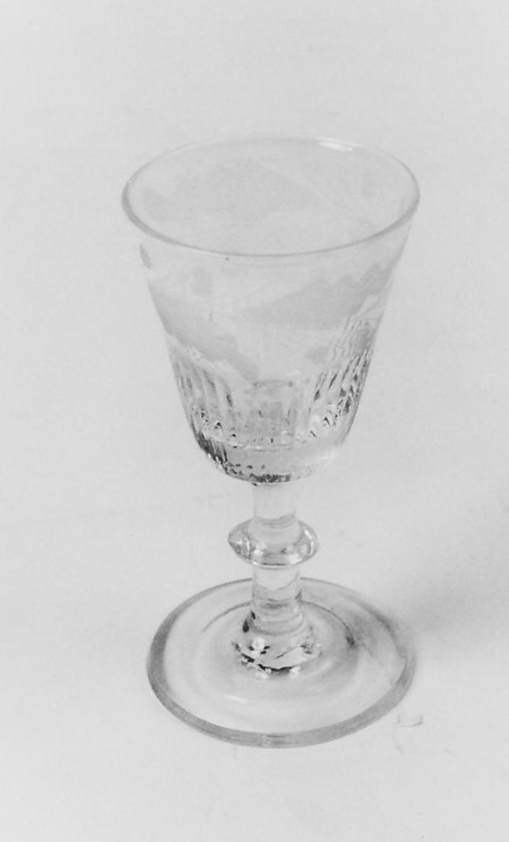Sirkelformet tverrsnitt. Begerets nedre del smalfasettert. Ligner 1944 men med større fasetter, gravert inn vinranker.