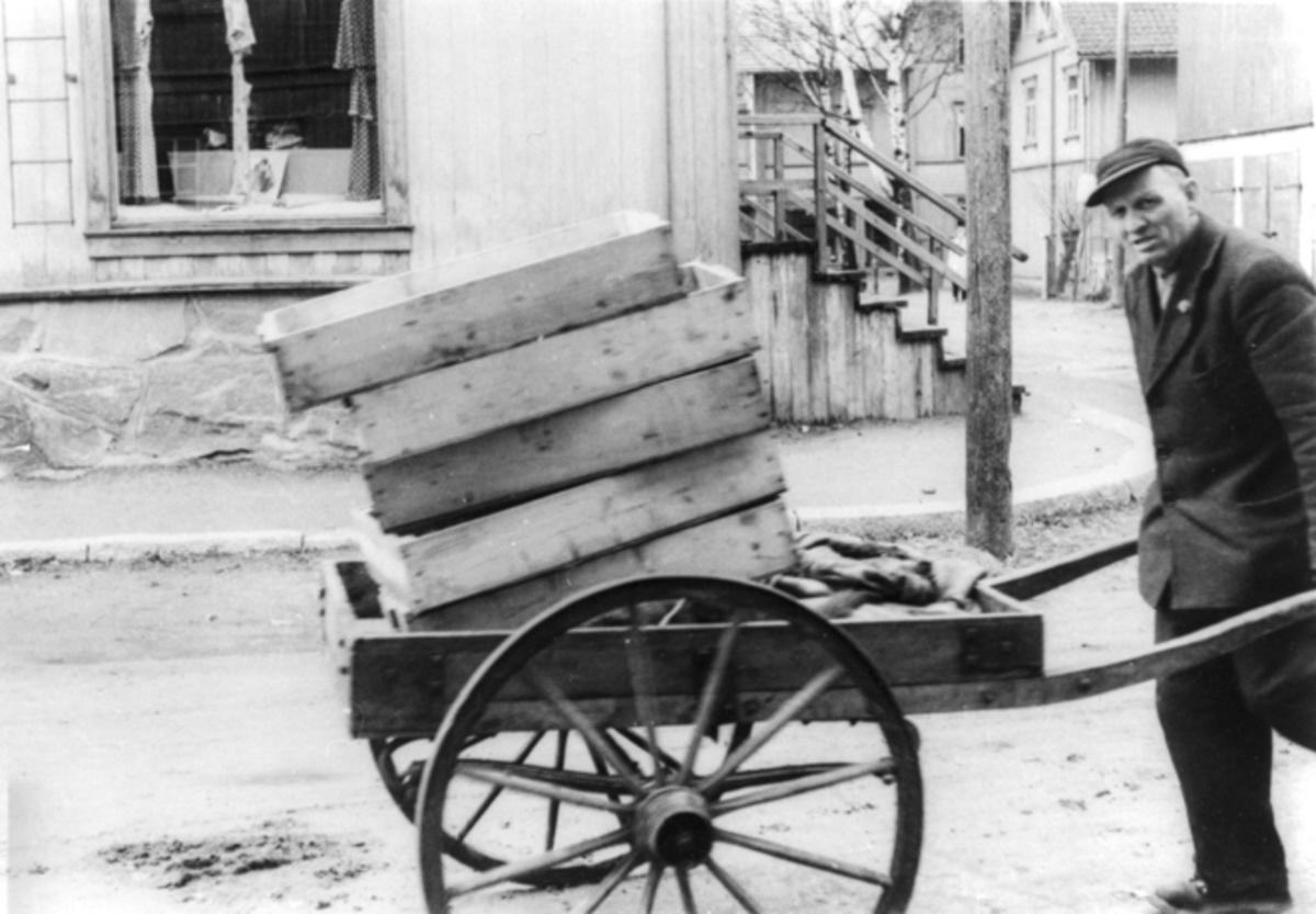 Mann med vogn. Ble kalt «Bybud nr. 1» Einar Løvås.
