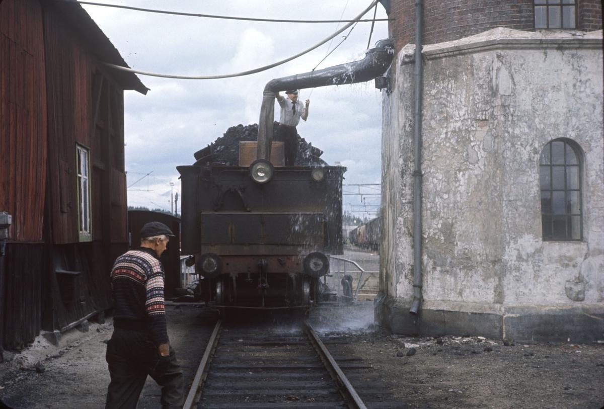 Vannfylling fra vanntårnet på Eina stasjon