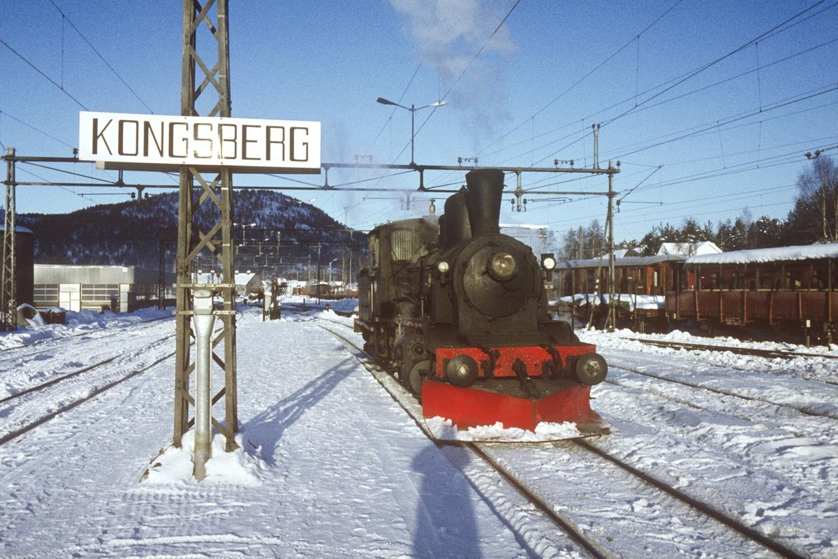 Damplok type 21b på Kongsberg stasjon. Lokomotivet skal kjøre pukktog Kongsberg-Svene-Kongsberg. Dette var NSBs siste tog trukket av damplokomotiv.