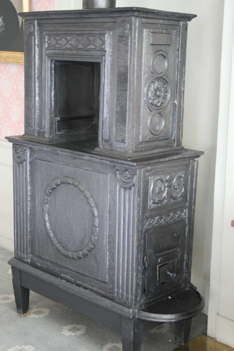 To-etasjes ovn. Laubærkrans og kannelerte pilastre på langsidene. Rosetter på kortside.