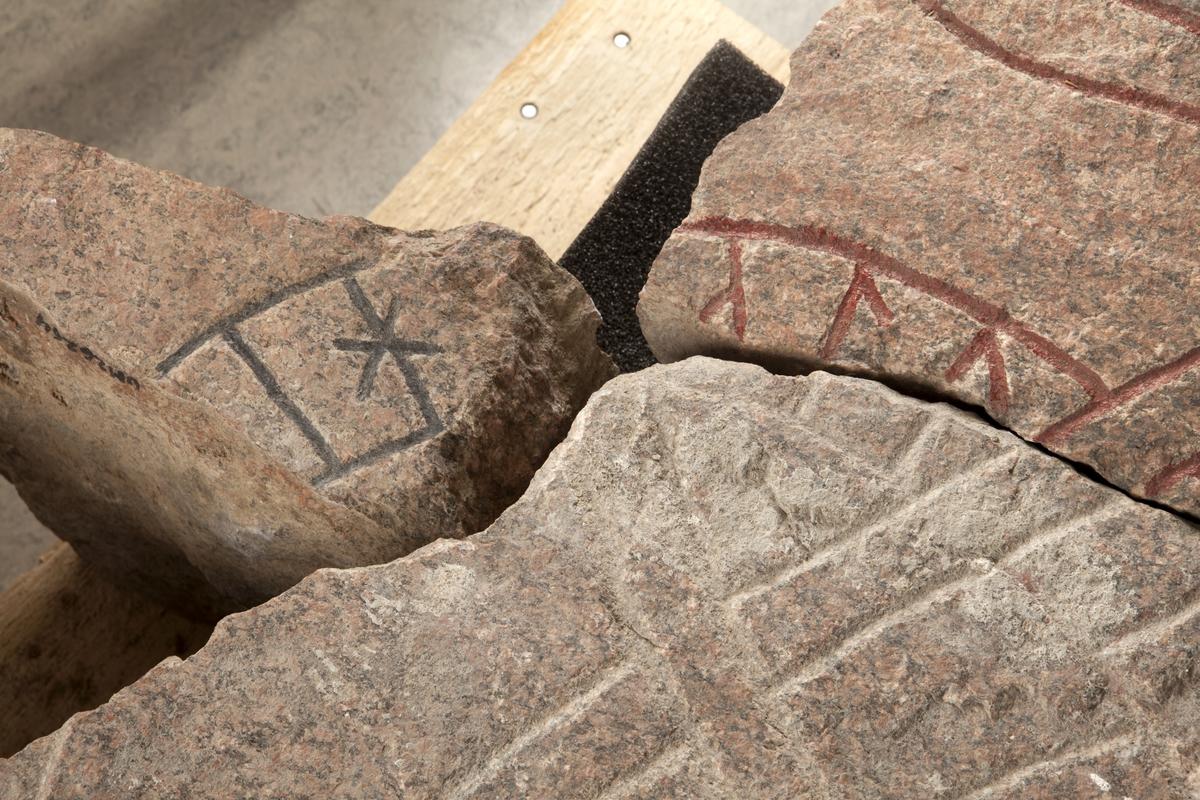 Fragment av runsten U941 tillvaratagna i Franciskanklostrets område, kvarteret Torget, Uppsala