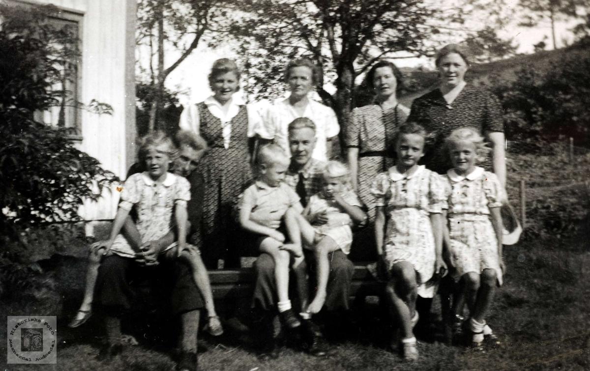 """Familie samlet """"Der nede"""" på Ubostad i Grindheim."""