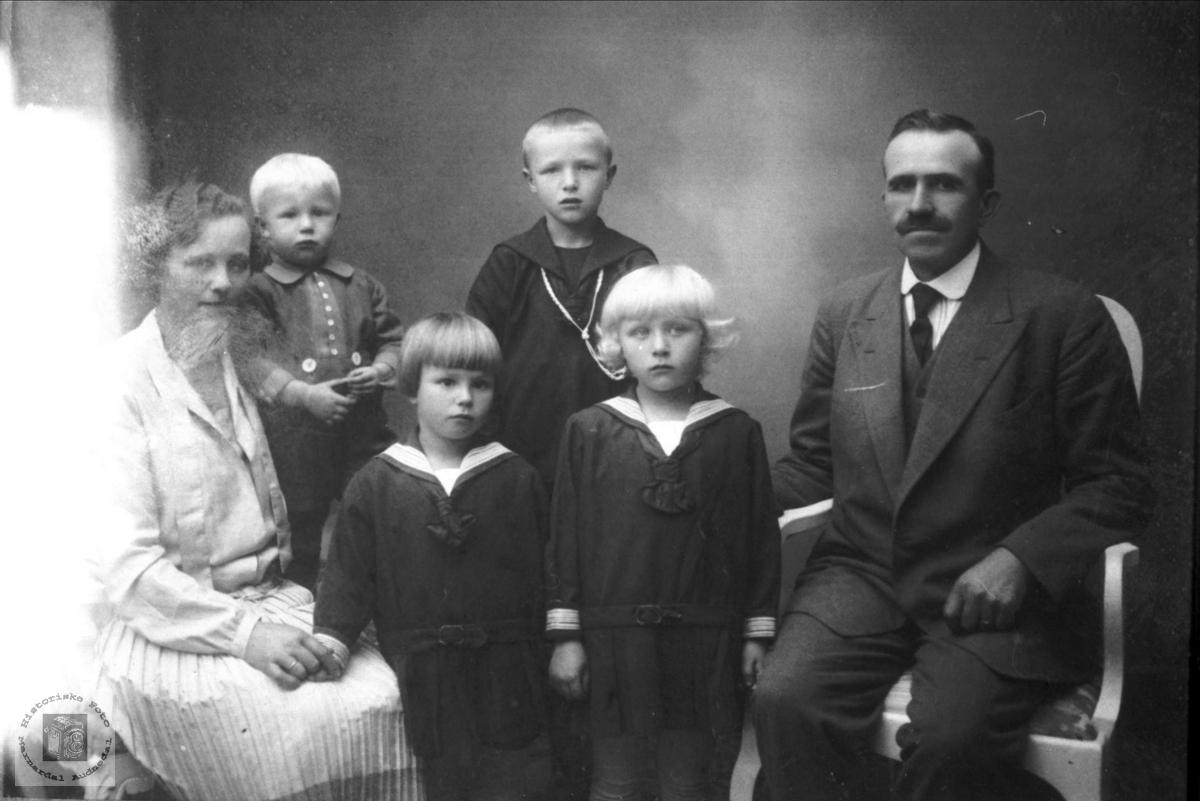 Portertt av familie på Haraldstad i Bjelland.