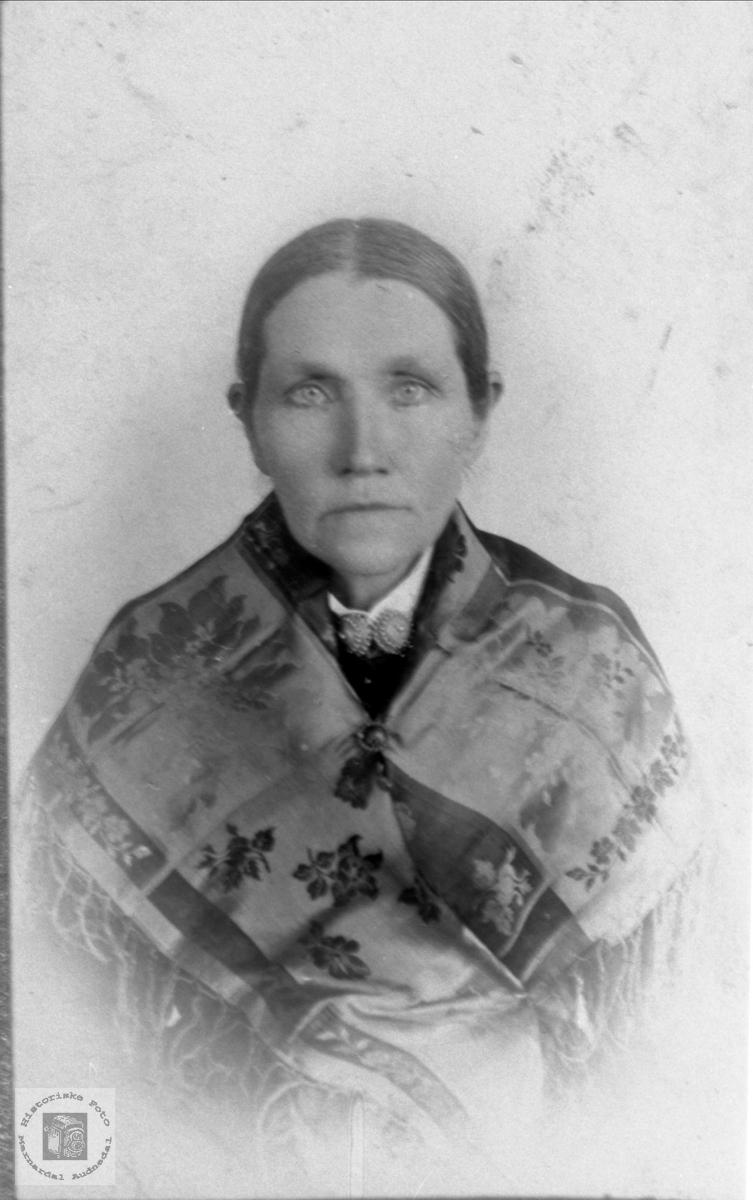 Portrett av eldre kone med silkesjal. Mari Øydneskleiv, Konsmo.