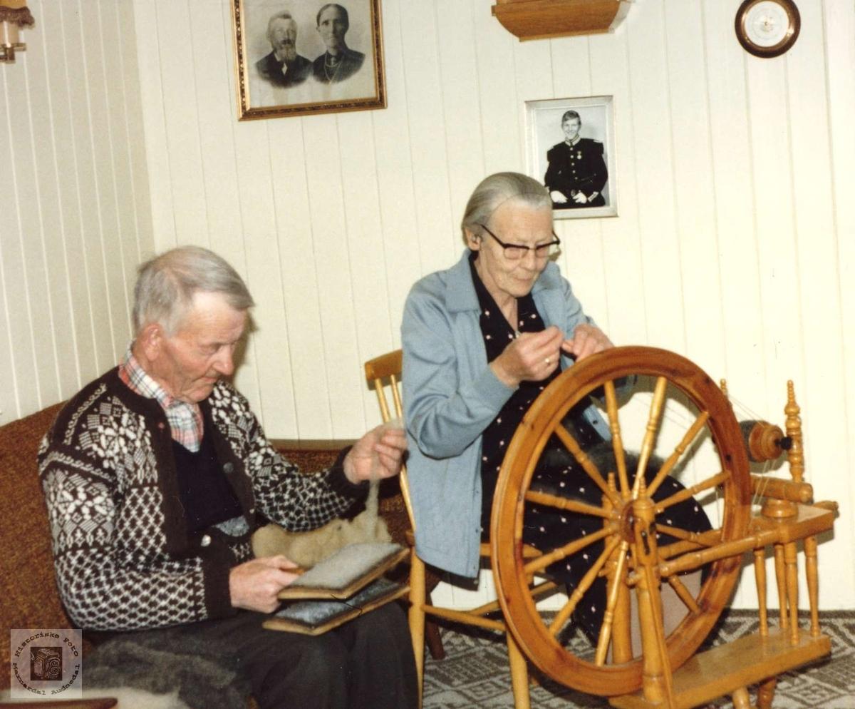Ekteparet opptatt med karding og spinning. Torkel og Rakel Glomsaker, Laudal.
