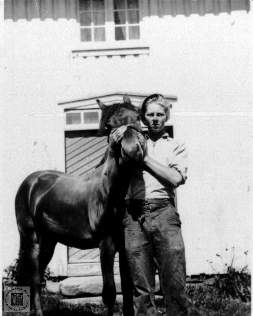 Mann og hest. Arne Skuland fra Skuland i Laudal.