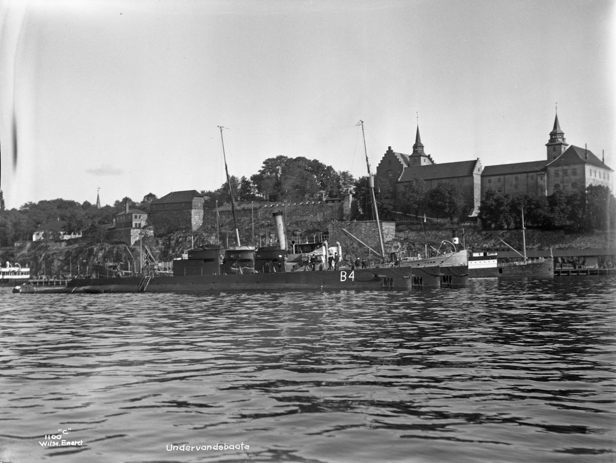 Transportskipet  'Farm'(b.1900, Stavanger støberi & dok), og undervannsbåter ved Akershuskaia.