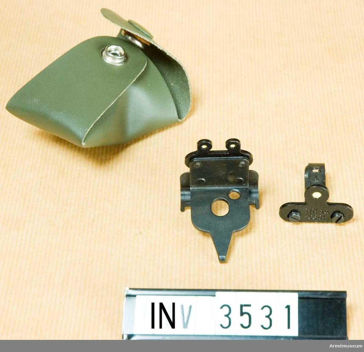 Riktmedel, mörker- t kulsprutegevär m/1921-37.Består av: SIKTE av siktplåt och hållare. På siktplåten, som även  tjänstgör som hållare, finns två lyspunkter. Vikt 30 gr. Märkt KG 21-37 63-F. KORN av kornplåt och hållare. Plåten är fästad i hållaren med två justerskruvar och kan ställas in i sidled. På plåten finns en lyspunkt.  Vikt 15 gr. Märkt MK 1a 63-K. FODRAL av galon. Vikt 25 gr. L: 80 mm, b: 70 mm. Märkt 21-37.Riktmedlen utgöres av sikte och korn som förvaras i fodral. De är större än vanliga riktmedel och är försedd med särskilda lyspunkter av radioaktiv lysfärg. Här igenom möjliggörs skjutning i skymning och mörker.