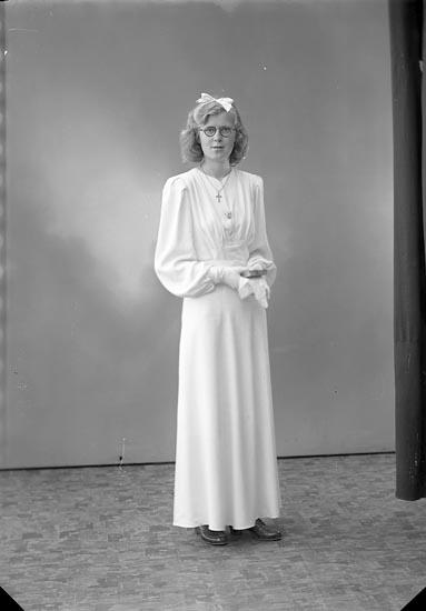 """Enligt fotografens journal nr 6 1930-1943: """"Ethel Karlsson, Posten Ödsmål""""."""
