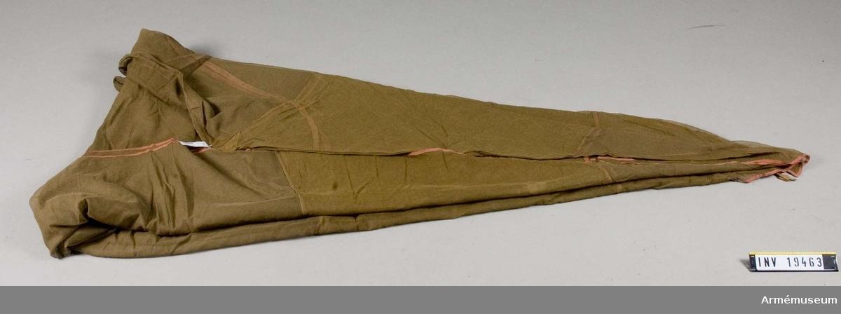 """Tillverkat av gasväv. Kantat av bomullsband. Takåsen, """"nockens"""", längd är 1700 mm."""