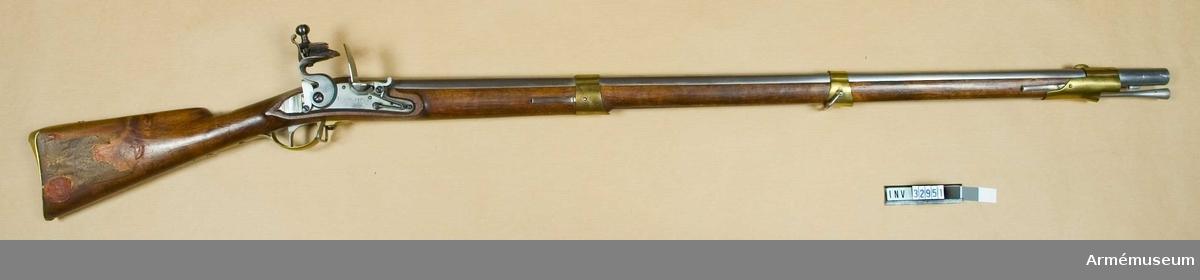 Gevär. Rep.modell 1815. Preussiskt lås med muskötkaliber. E II b. Faställd 1823 som exercisgevär för Livgardesregementena till fots. På låsblecket otydliga stämplar.