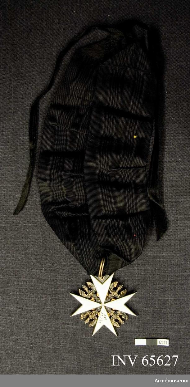 Grupp M II. Åttauddigt kors av vit emalj med försilvrad kant. Mellan korsarmarna krönta bevingade örnar. Liksidig. Ordensband av ett 31 mm brett band av svart vattrat siden. Kortändarna är invikta och fastsydda till spetsar och har var sitt 10 mm brett, svart sidenband fastsydda. Ordensbandet är avsett att bäras runt halsen.