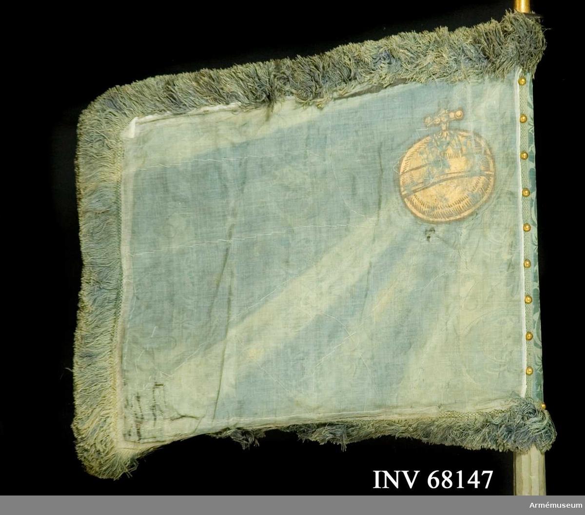 Duk: Enkel, tillverkad av blå sidendamast. Duken fäst vid stången med tre rader höga tennlikor av mässing på blått mönstervävt band.  Dekor: Målad i övre, inre hörnet, lika på båda sidor: ett riksäpple - Upplands vapen i brunskuggat guld.  Frans: Tillverkad av blått silke.  Stång: Tillverkad av trä, kannelerad, gråblåmålad. Holk av mässing, spets saknas. Löpnit(?).